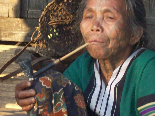 Pijprokende Chin vrouw